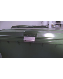 Beslag til montering af hængelås på affaldscontainere 1000L